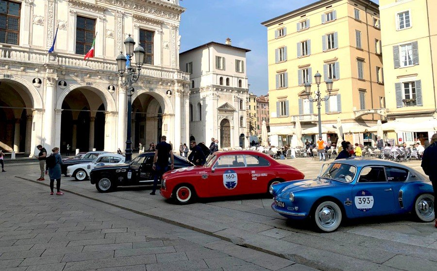The cars waiting for the sealing ceremonie