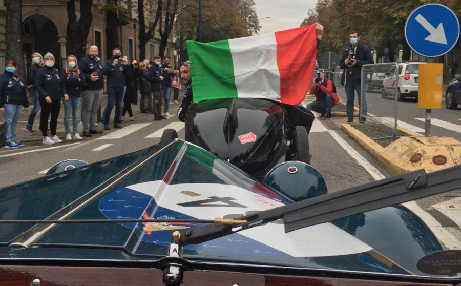 Drivers holding Italian flag at the start