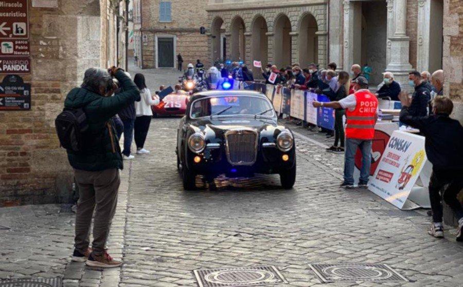 Siata Daina driving through the streets of Rome